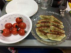 餃子とミニトマトでお昼ご飯済ます
