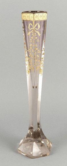 Stangenvase, um 1900, wohl Moser, 6-eckiger Stand, kantiger Korpus, klares und violettes Glas, Blütenrankendekor mit Schleifenverzierungen, Rand mit geometrischem Dekor, Goldstaffage (ber.), best., H. 40,5 cm