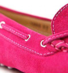 Cura minuziosa dei particolari  contraddistingue la collezione mocassini artigianali di Dea Sandals.  Visita lo Shop online www.deasandals.com