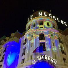 #NicePromLights : Les hôtels niçois illuminent la Promenade des Anglais. Hôtel Le Negresco Nice éclairé par l'artiste Gaspare Di Caro. Photo : ale_monaco98000. Blog Mister Riviera 2016, le blog sur Nice et la Côte d'Azur. #NiceMoments #ILoveNice #CotedAzurNow #MisterRiviera #CotedAzurFrance