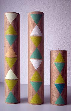 Świeczniki... dębowe,  proste,  dwustronne,  z trójkątnym, różnokolorowym wzorkiem. Z jednej strony jest otwór na standardowe podgrzewacze, z drugiej - na tzw. wysokie świeczki.
