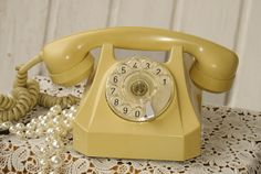 Shabby-creme Telefon mit Wählsheibe ist optisch in einem normalen gebrauchten Zustand und hat keine Riss oder Brüche. Ich weiß nicht ob das Telefon...