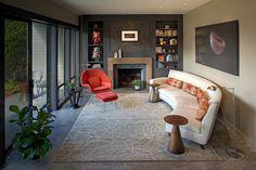 cheminée contemporaine, fauteuil avec repose-pieds et canapé design