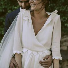 Rayonnante Astrid dans sa robe portefeuille en crêpe de soie - création unique et sur mesure Constance Fournier. #weddingdress #wedding #robedemariee #bridal #constancefournier #soie #fashion #paris #tours #tourscity #madeinfrance #robeunique #mariage #vraimariage #fabriqueenfrance