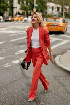 See the latest fashion trends and best street style captured at New York Fashion Week Spring/Summer Top Street Style, New York Fashion Week Street Style, Spring Street Style, Cool Street Fashion, Street Style Women, Street Chic, Ada Kokosar, Coral, Fashion Photo