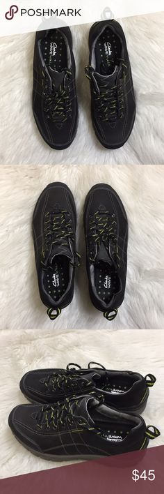 Clarks Wave Wall Waterproof Shoes. Size 7 1/2 W Clarks in excellent condition. Lightly worn and very comfortable. Size 7 1/2W Clarks Shoes Athletic Shoes