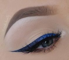 No shadows on eyes, eyebrows are well formed and revised where necessary with shadow for the eyebrows. Glittery blue eyeliner shines but inconspicuously, so this kind of makeup you can take and during the day.