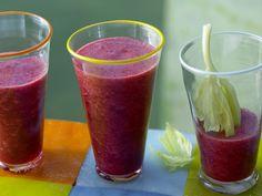 Erfrischen fruchtig mit leicht pikanter Note: Apfel-Kirsch-Cocktail mit Staudensellerie - smarter - Kalorien: 176 Kcal - Zeit: 15 Min. | eatsmarter.de