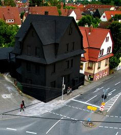 -Haus in Schwarz-  2008 public art piece by artists Erik Sturm und Simon Jung  / Möhringen, Germany / #black