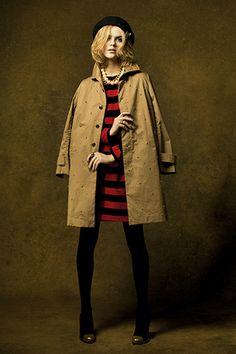 赤×黒の太めボーダーワンピースをコートのインナーに。大粒コットンパールのネックレスなど存在感のあるアクセサリーがポイント。