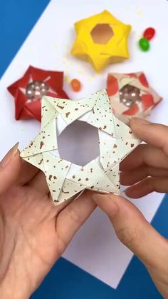 Instruções Origami, Origami And Kirigami, Paper Crafts Origami, Origami Stars, Origami Flowers, Paper Folding Crafts, Origami Videos, Dollar Origami, Origami Bookmark