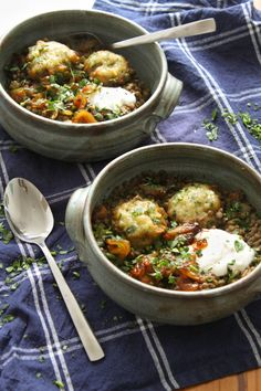 Lentil stew with herby dumplings and caramelised onions. Basically a hug in a bo… Lentil stew with herby dumplings and caramelised onions. Basically a hug in a bowl Vegetarian Stew, Vegetarian Recipes Easy, Vegetarian Cooking, Vegetable Recipes, Healthy Recipes, Veggie Food, Vegetarian Dinners, Healthy Food, Classic Stew Recipe