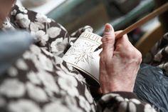 奥様の佳智子さんが絵付けをしている手元を拝見。