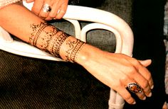 henna tattoo... this would look sweet as a real tattoo