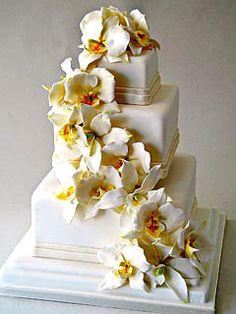 Pretty #flowers on this #wedding #cake