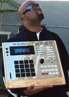 My Bruddah Battlecat Akai MPC 3000 one of the most slept on dopest, funkiest, producer in these states, hands down! Studio Equipment, Dj Equipment, Rap History, Arduino, Home Music, Hip Hop Instrumental, Dj Setup, Recording Studio Home, Dj Gear