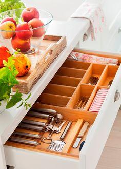 Cajón de cubiertos con compartimentos