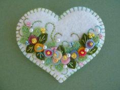 Felt Applique Heart Pin by Beedeebabee on Etsy Felt Embroidery, Felt Applique, Flower Applique, Embroidery Patterns, Fabric Crafts, Sewing Crafts, Felt Decorations, Felt Christmas Ornaments, Felt Brooch
