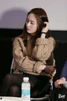 Krystal who recently became an actress she was wearing a knit during a production press conference(? I'm blinded by her prettiness. Krystal Fx, Jessica & Krystal, Jessica Jung, Krystal Jung Fashion, Krystal Jung Style, Korean Girl, Asian Girl, Becoming An Actress, Ice Princess