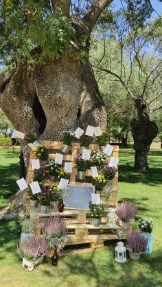Busca tu sitio entre palets y plantas. Table seating with pallets and plants. Wed and Bazaar at Finca El Campillo