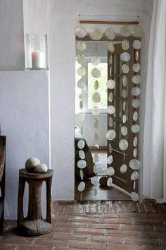 Le rideau de porte en nacres, c'est beau et ça tinte doucement avec la brise...