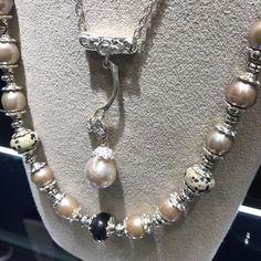珍珠是一種美麗 值得收藏的物品 淡水珍珠 呈現有別於一般的圓形狀 而是橢圓狀 有一種曼妙可愛大人感