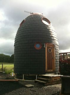 It's a diameter, dual-level 'eco pod' One Room Cabins, Eco Pods, Round Building, Mini Homes, Unusual Homes, Yurts, Round House, Eco Friendly House, Secret Places