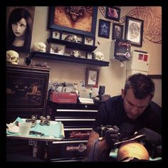 """Inkmaster"" Season 1 winner Shane O'neill tattooing Victor Modafferi"