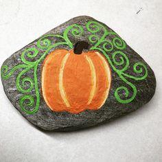 🎃🎃🎃🎃 Autumn Painting, Pebble Painting, Pebble Art, Stone Painting, Rock Painting Ideas Easy, Rock Painting Designs, Stone Crafts, Rock Crafts, Halloween Rocks