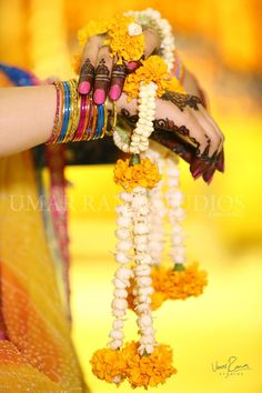 Indian Bridal Fashion Trend - Fresh Flower Fashion - 6 Trending Ways to Wear Flowers at your Wedding - Witty Vows Mehndi Ceremony, Haldi Ceremony, Flower Jewellery For Mehndi, Flower Jewelry, Jewellery Photo, Gold Jewellery, Bridal Mehndi Dresses, Bridal Outfits, Flower Ornaments