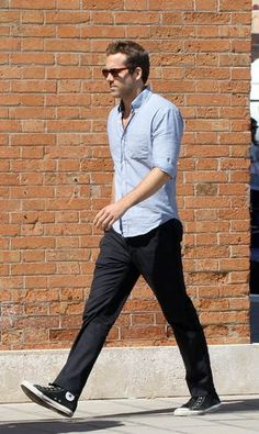 This Ryan reynolds casual outfit style 41 image is part from Best Gallery Ryan Reynolds Casual Outfit Style that will Inspiring Your Fashions gallery and article, click read it bellow to see high resolutions quality image and another awesome image ideas. Summer Outfits Men, Casual Outfits, Fashion Outfits, Ryan Reynolds Style, Work Casual, Men Casual, Moda Converse, Pantalon Costume, Outfits With Converse