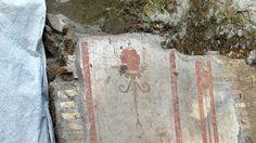 Lo scavo della Soprintendenza archeologica in un pozzo della metro C a via Amba Aradam è la prima struttura in legno rinvenuta intatta: un fatto eccezionale. Tra le macerie anche gli scheletri di un cane e del suo cucciolo. I reperti saranno smontati e conservati forse nel museo della stazione