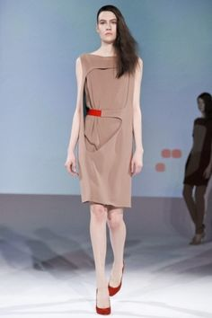 Image from http://www.adelerotella.com/blog/wp-content/uploads/2012/09/2012-03-02-11-39-20-hussein-chalayan-0454.jpg.