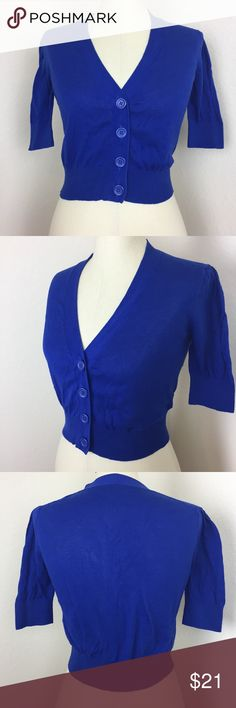 "Banana Republic blue v-neck cropped cardigan Banana Republic blue v-neck cropped cardigan.  Condition:  EUC / no flaws noted  Measurements: Shoulders = ~15"" Bust (armpit to armpit x2) = ~36"" Length = ~17"" Banana Republic Sweaters Cardigans"