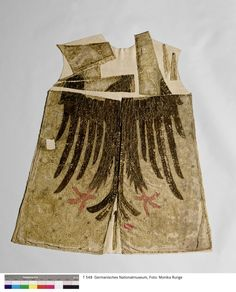 """Fahne Karls des Großen"" (Heroldsrock) GNM  Inventarnummer:  T548  Datierung:  frühes 15. Jh.  Material/Technik:  Seide, Metallstickerei, Leinen?"