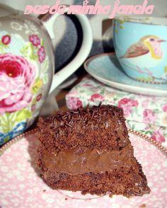 Bolo de chocolate com recheio e cobertura de brigadeiro