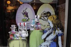 Alice in The Wonderland, la vitrine de Whittard of Chelsea Walt Disney, Whittard Of Chelsea, Alice In Wonderland, Pop Culture, Fairy Tales, Geek Stuff, Princess Zelda, Recherche Google, Geeks