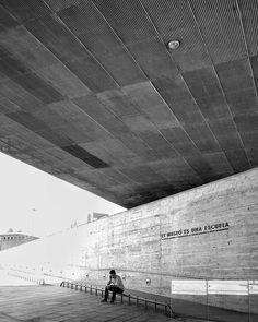 El Museo es escuela. Normalmente cuando vas de viaje buscas placer y ocio pero hay lugares que merecen la pena visitar por muy dura que sea la historia que los rodea. El Museo de la Memoria y los DDHH en Santiago de Chile es uno de ellos. No está permitido tomar fotos adentro y me parece bien pues lo que se experimenta adentro queda para cada uno llevárselo o dejarlo ahi. Sin embargo la arquitectura del espacio no pasa desapercibida un testimonio vivo cuando se construye para la memoria…