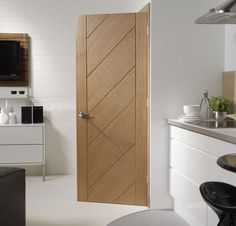 Rich Natural Oak Interior Doors Choosing interior doors for the home can be a daunting process. Like many types of wood doors, oak interior doors have many options to choose from. White Wooden Doors, Internal Wooden Doors, Wooden Front Doors, Oak Doors, Entry Doors, Front Entry, Patio Doors, Sliding Doors, Contemporary Interior Doors