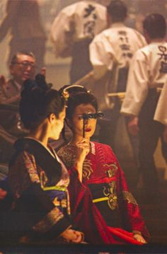 Memoirs of a Geisha (2005) - Michelle Yeoh as Mameha and Ziyi Zhang as Sayuri - Costume design: Colleen Atwood - Dragon embroidery: www.sjolanderembroidery.com