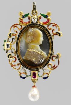 .Colgante camafeo de Bona Sforza, Reina de Polonia, c. Joyas Únicas, Joyas Reales, Camafeos, Relicarios, Medallones, Joyería Medieval, Joyería Antigua, Grecas, Abanicos