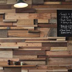 parede revestida com descarte de diversas madeiras. Leah Moss