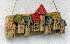 Eine Kirche und sechs schnucklige Häuser in verschiedenen Größen zieren dieses Schlüsselbrett. Die Dächer wurden in verschiedenen Farben gestaltet.  Die Haken wurden in den Häuschen versteckt, so...