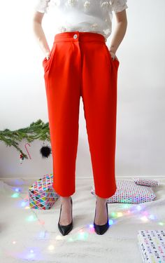 Pantalon rouge fluide 3/4 Manoush. On adore le bouton so chic !
