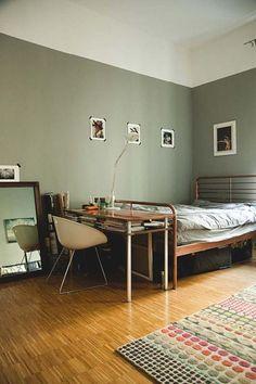 Berliner Wohnung mit grüner Wandfarbe und modernem Bett in kupfer.  #Berlin…