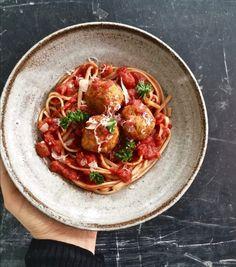 Linsbollar med tomatsås och spagetti - Portionen under tian Easy Healthy Recipes, Vegetarian Recipes, Bean Recipes, Naan, Food Inspiration, Veggies, Favorite Recipes, Dinner, Cooking
