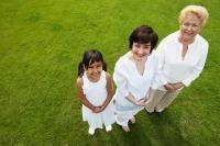 Causas de la intolerancia a la lactosa La intolerancia a la lactosa puede ser hereditaria (primaria) o adquirida (secundaria). En la intolerancia de origen primario se produce una deficiencia de lactasa que se hereda de forma recesiva (es necesaria la presencia de dos copias de un gen anormal para padecer el trastorno). En los seres humanos, la ingesta de leche es vital durante la infancia, y por ello en esta etapa de la vida la lactasa suele tener niveles altos, que disminuyen…