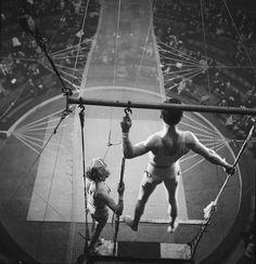 TRAPÉZISTES, Gaston Paris. ca. 1940s. Longtemps reporter pour les revues Vu et Détective, le style photographique de Gaston Paris restera toujours naturaliste et caractéristique des années 1940. Ses sujets de prédilections serontla vie quotidienne à Paris, les cabarets, les spectacles, le cirque et les petits métiers.