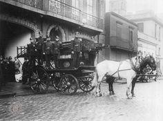 Bomberos voluntarios de La Boca saliendo del Cuartel, c.1920. Documento Fotográfico. Inventario 18782.