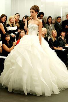 White and Gold Wedding. Sweetheart Corset Ballgown Dress. Vera Wang Bridal, otono-invierno 2013/2014